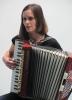 Hana Lundiaková zahrála v Domě čtení na akordeon.