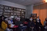 Návštěvníci večera v Maison de la Poésie Rhône-Alpes sledují ve 3D báseň Vinice, kterou Jaromír Typlt vytvořil spolu s Viktorem Kopaszem.
