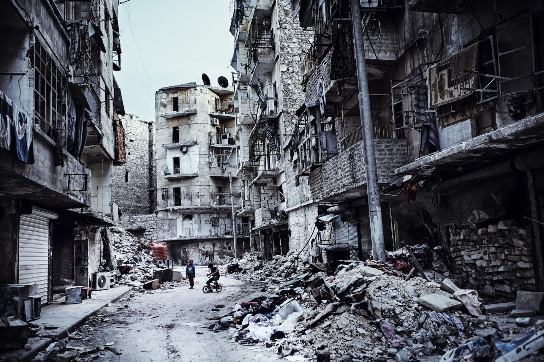 Trosky čtvrti ve východním Aleppu
