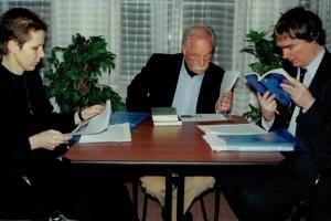 W. G. Sebald s bohemistou Jamesem Naughtonem (Oxfordská univerzita) a překladatelkou z angličtiny Zuzanou Mayerovou, 1999